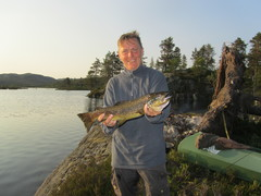 Stolt fisker med ørret over kiloen
